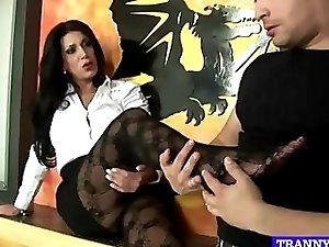 stocking fetish tranny gives blowjob